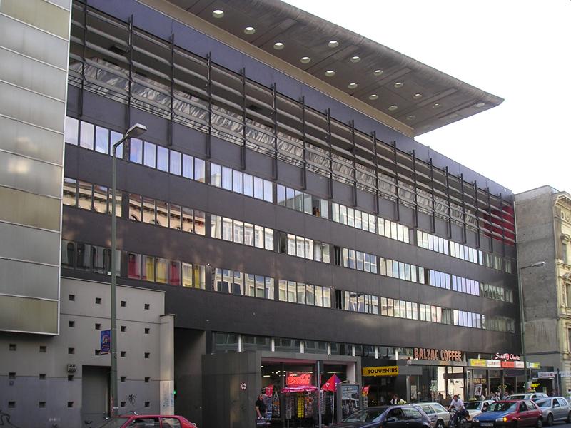Schließlich Wurden Auch Mit Dem Haus Am Checkpoint Charlie (siehe Bild  Links) In Berlin Und Dem Nexus Haus In Fukuoka, Japan, Erste Projekte Im  Ausland ...